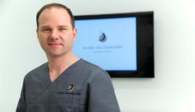 Dr. Eugen Spirk im OP.